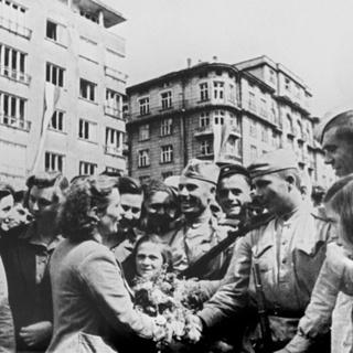 Жители болгарской Софии приветствуют бойцов Красной армии
