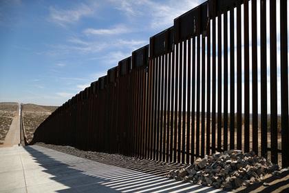 США заморозили десятки проектов ради строительства стены Трампа