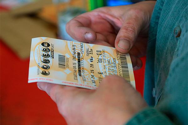 Нерасторопный победитель лотереи едва не лишился миллионного выигрыша