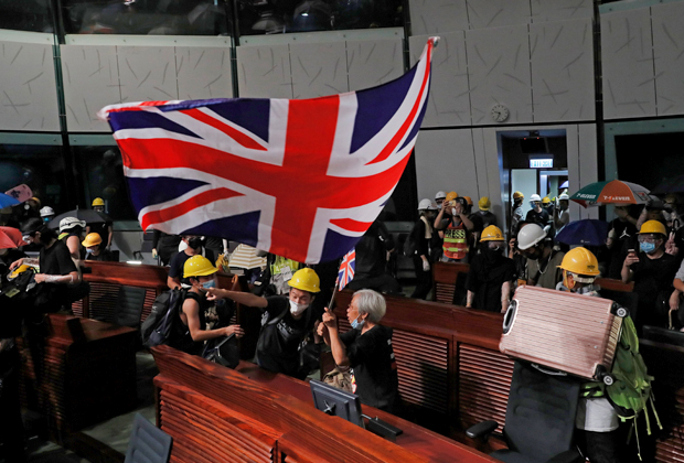Британский флаг в захваченном парламенте Гонконга