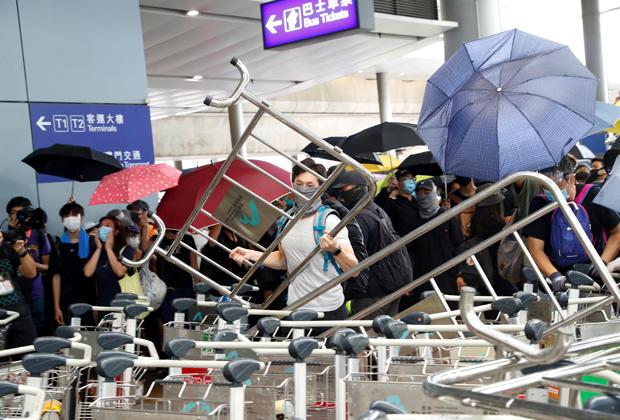 Протестующие сооружают баррикады в аэропорту Гонконга