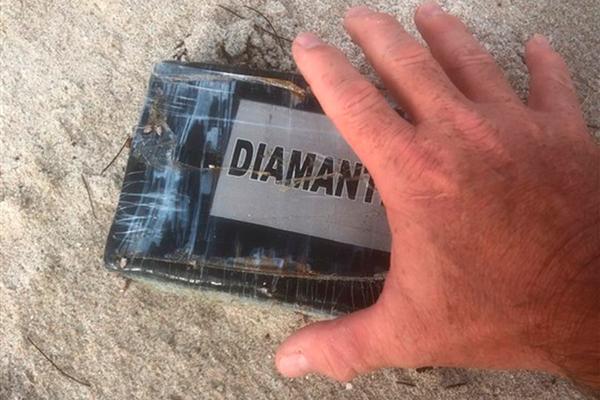 На пляж популярного курорта вынесло килограммы кокаина