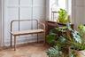 Немного простоты от финского дизайн-бюро Studio Kaksikko: скамейка «Кукуруза» (Maissi). Авторы вдохновлялись ретро: старыми лестничными перилами и мебелью из 1930-х, а именно металлическими двухъярусными кроватями. Скамейка сделана из тонких полос дуба — их ламинирование позволило создать изогнутые формы. Рассчитана на двух человек.