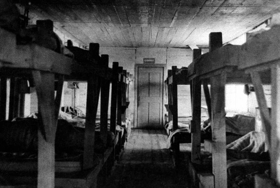 Внутренний вид жилого барака в лагере