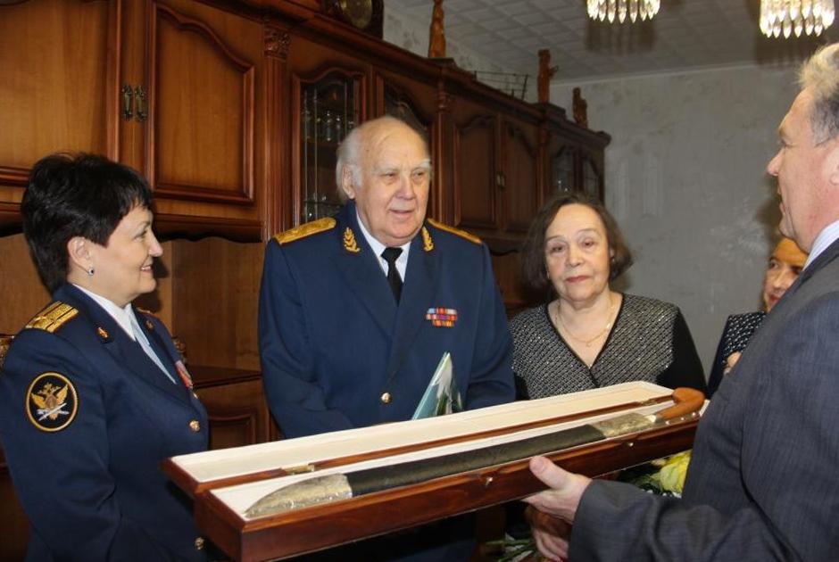 Василий Сныцерев (в центре)