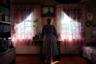 Белорусский фотограф Татьяна Ткачева в своем проекте «Между правом и стыдом» рассказывает о женщинах из ее родной страны, которые по разным причинам решились сделать аборт. Для Ткачевой эта работа связана с глубокими личными переживаниями: два года назад она узнала о том, что аборт сделала ее мать. «Cтала ее расспрашивать. Мама говорила неохотно, почти шепотом», — призналась фотограф и объяснила, что тема абортов в Белоруссии табуирована. О них стараются либо не говорить вообще, либо обсуждать их скрытно и очень тихо. В стране аборты не запрещены, но на деле женщинам бывает трудно воспользоваться этим правом. Недавно в закон о здравоохранении внесли поправки, по которым врач может отказаться прерывать беременность, если она не угрожает жизни и здоровью пациентки. Даже если врач соглашается провести процедуру, пациентки часто сталкиваются с неприкрытым осуждением.  <br> <br> Именно поэтому большинство героинь проекта Ткачевой согласились фотографироваться только со спины, чтобы лиц было не видно. Женщина на снимке — Наталья — была беременной, когда в 1986 году произошел взрыв на Чернобыльской АЭС. Женщина оставила ребенка, и он родился здоровым. Однако когда Наталья забеременела во второй раз, она побоялась последствий радиации и решилась на аборт.