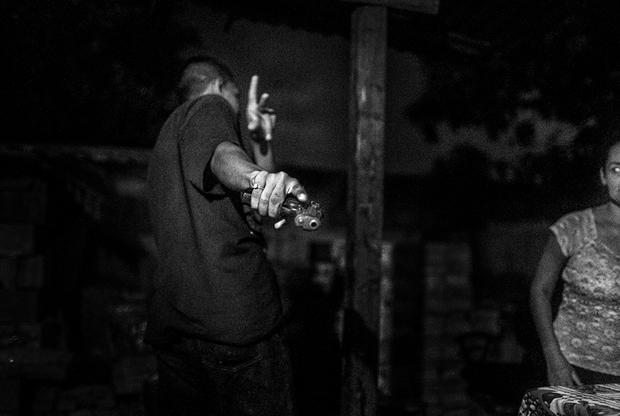 «Мара-18» — одна из самых крупных и кровавых банд в мире, отличающаяся особой жестокостью. В ее состав входят в основном выходцы из Сальвадора, Гватемалы и Гондураса. Первоначально возникшая в 1960-х годах на улицах американского Лос-Анджелеса банда постепенно распространила свое влияние на десятки других городов США. Сейчас общая численность группировки достигает 300 тысяч человек, многие из которых считаются членами банды пожизненно.