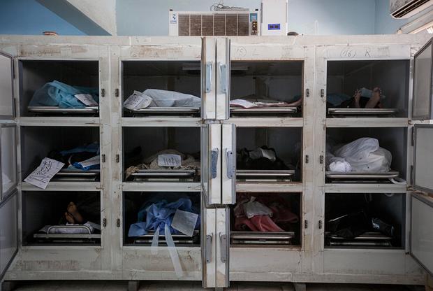 Нарцисо Контрерас был одним из первых фотографов, который задокументировал и привлек внимание к проблеме торговли людьми и рабства в Ливии. Чтобы выяснить правду, он напрямую общался с ополченцами, контрабандистами и беженцами. Его снимки изображают ужасные условия, в которых содержатся нелегальные мигранты, часто подвергающиеся насилию.