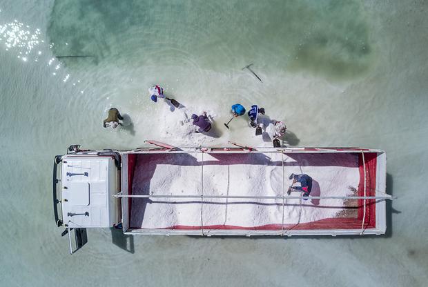 В наше время аккумуляторы находятся повсюду — в телефонах, машинах, фотоаппаратах. Документальный фотограф Матьяж Кривиц решил проследить всю цепочку их производства, начиная с добычи самого главного компонента аккумуляторов — лития. Мировой чемпион по запасам лития — Боливия, однако цена такого лидерства оказалась слишком высока для многих местных жителей. Когда-то озеро Уюни было настоящим большим водоемом, а теперь оно превратилось в соляную пустыню из-за того, что для добычи лития требуется много воды.