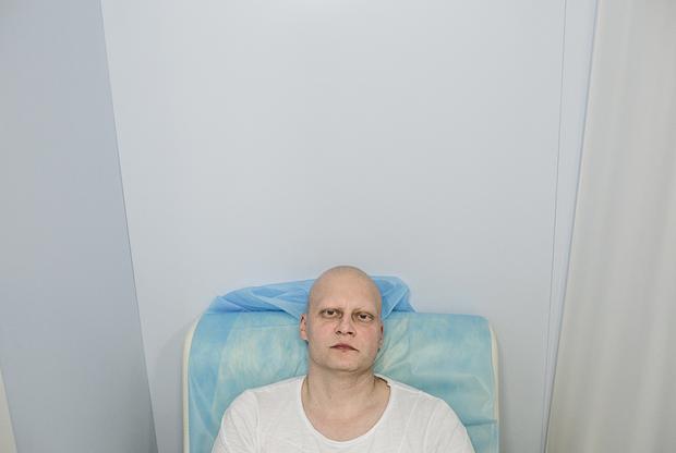 Хирург-онколог Андрей Павленко, за свои двадцать лет стажа прооперировавший около двух тысяч человек, в марте 2018 года узнал, что у него рак желудка третьей стадии. «У меня пробежала дрожь по телу, обдала горячая волна от головы до ног — это шок», — описал свои ощущения после получения новости о болезни врач. Однако Павленко признался, что пришел в себя достаточно быстро. Он сразу сказал о диагнозе жене и детям и завел блог, где рассказывал о том, как проходит его лечение. Хирург перенес шесть сеансов химиотерапии и полное удаление желудка. Первое время он продолжал работать, пока не перестал чувствовать кончики пальцев и не смог держать в руках инструменты. В июле 2019 года Павленко снова вернулся к работе после полуторагодового перерыва.