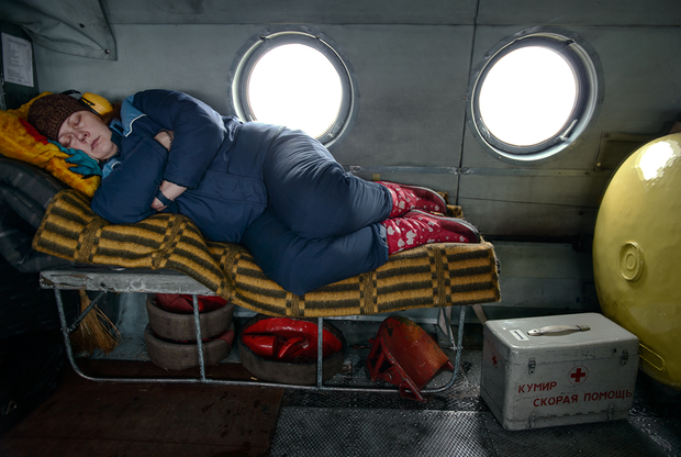 Туруханский район в центре России — край тайги, болот и вечной мерзлоты, превышающий по площади половину Германии. По региону разбросаны десятки маленьких поселков, в которых проживают 16 тысяч человек. Летом сообщение с большинством населенных пунктов возможно по воде, зимой — только на вертолете. Скорая помощь в этом регионе не приезжает, а в буквальном смысле прилетает. Расходы на полеты покрывает государство, но врачи не всегда успевают прибыть к пациенту вовремя из-за ограничений полетов в связи с плохими погодными условиями.