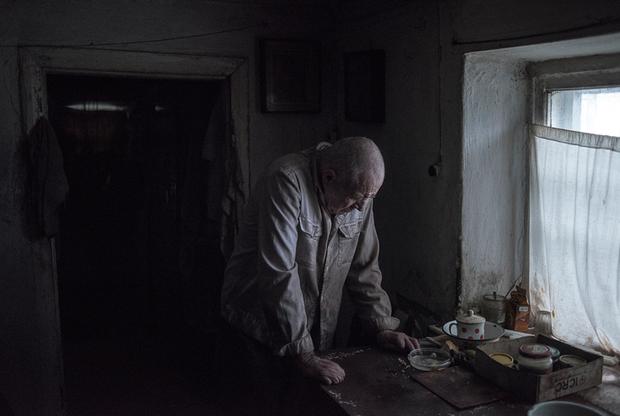 Практически все снимки российского фотожурналиста Валерия Мельникова из Донбасса лишены ярких цветов. Мельников применил этот художественный прием неслучайно: таким образом он запечатлел настроение жителей так называемой «серой зоны» — территории без определенного статуса. Когда Мельников впервые приехал в Донбасс в 2014 году, жители были полны надежд на скорое завершение конфликта. Однако прошло пять лет, и существование людей превратилось в мрачное ожидание посреди обломков боевых машин, старых шахт и полуразрушенных домов.