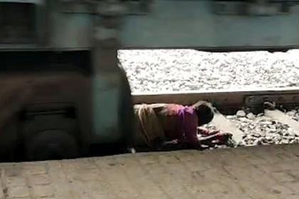Старушка в последнюю секунду легла под поезд и избежала смерти