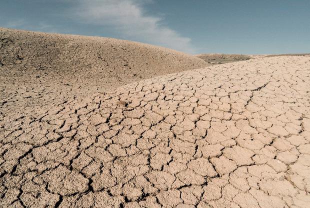 Еще в начале XX века Аральское море считалось четвертым по площади озером мира, но за последние несколько десятилетий оно превратилось в соляную пустыню, враждебную для жителей окрестных регионов. Экологическая катастрофа произошла из-за хлопководства, которое на этой территории развивали в советское время. Нужды промышленности требовали много воды, которую отводили из питающих озеро рек Сырдарьи и Амударьи.  <br> <br> Фотограф из Ташкента Александра Бардас приехала к бывшему озеру, чтобы посмотреть, как его высыхание изменило жизнь местных жителей. Многие из них потеряли работу из-за закрытия рыболовных промыслов и теперь выживают только благодаря туризму.