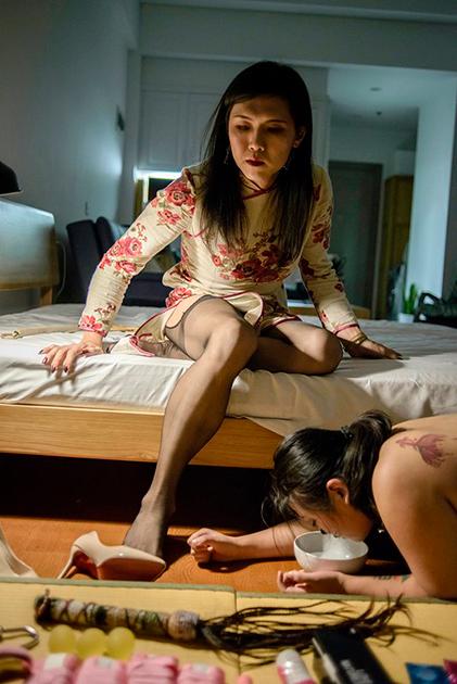 Несмотря на то что с 2001 года гомосексуальность в Китае перестала считаться психическим отклонением, китайское общество продолжает отрицательно относиться к меньшинствам. Некоторые местные клиники даже предлагают «репаративную терапию» ЛГБТ-людям, направленную на приведение их в «норму». Именно поэтому большинство представителей ЛГБТ скрывают свою истинную ориентацию и часто остаются одинокими.