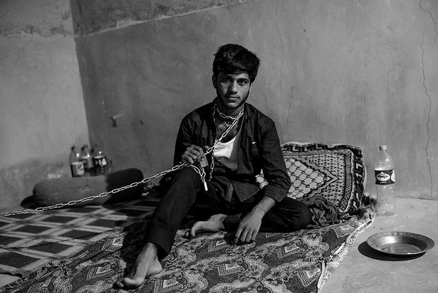 Тысячи беженцев, в том числе дети, каждый год пытаются нелегально покинуть Сирию, Ирак и Афганистан в поисках лучшей жизни. Ради шанса на светлое будущее люди проводят по несколько часов в топливных баках машин, где прячутся, рискуя задохнуться. Сбежать получается далеко не у всех: большая часть беженцев попадает в руки полиции и преступников или погибает.