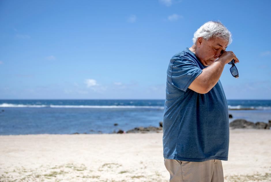 Лео Тудела на пляже, где подвергся сексуальному насилию со стороны священников