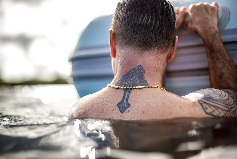 Татуировка с крестом на шее Уолтера Дентона
