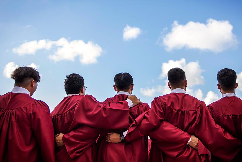 Учащиеся делают групповое фото перед мессой в честь окончания католической школы