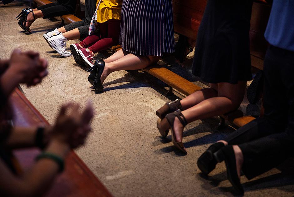 Прихожане молятся во время мессы в главном храме Гуама — Соборе Сладчайшего Имени Марии