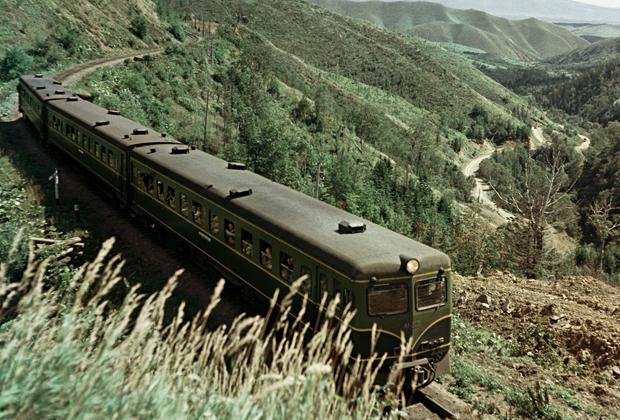 Дизель-поезд на одном из участков железнодорожной ветки Южно-Сахалинск — Холмск