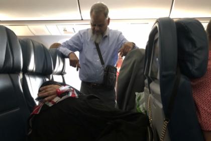 Сердобольный мужчина простоял весь полет ради жены и прослыл подкаблучником