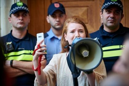 Грузинский депутат подрался с митингующими