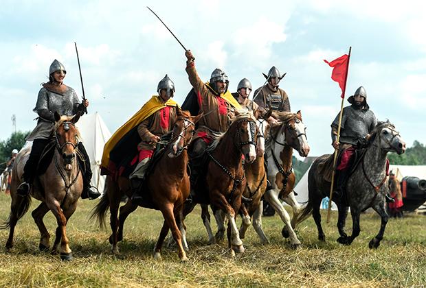 Участники военно-исторической реконструкции на фестивале «Великое стояние на реке Угре в 1480 году»