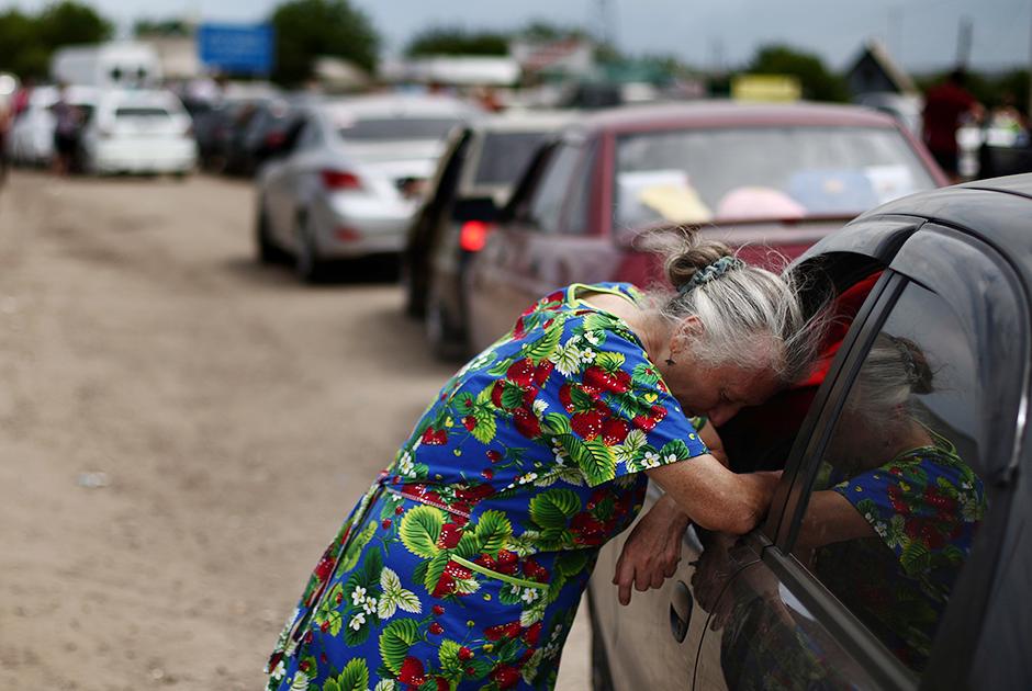 Беженцы на подъезде к пункту пропуска «Донецк — Изварино» на границе с Россией