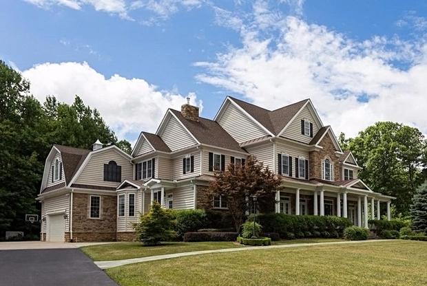 Множество фотографий объекта размещено на сайте Realtor.com. Коттедж больше не экспонируется, но все данные о нем остаются в открытом доступе. Информация, свидетельствующая о том, что дом был продан именно Смоленкову, есть в базе недвижимости на сайте издания The Washington Post.