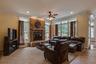 В доме есть камин, домашний кинотеатр с игровой консолью Xbox, спортивный зал, кожаная мебель.