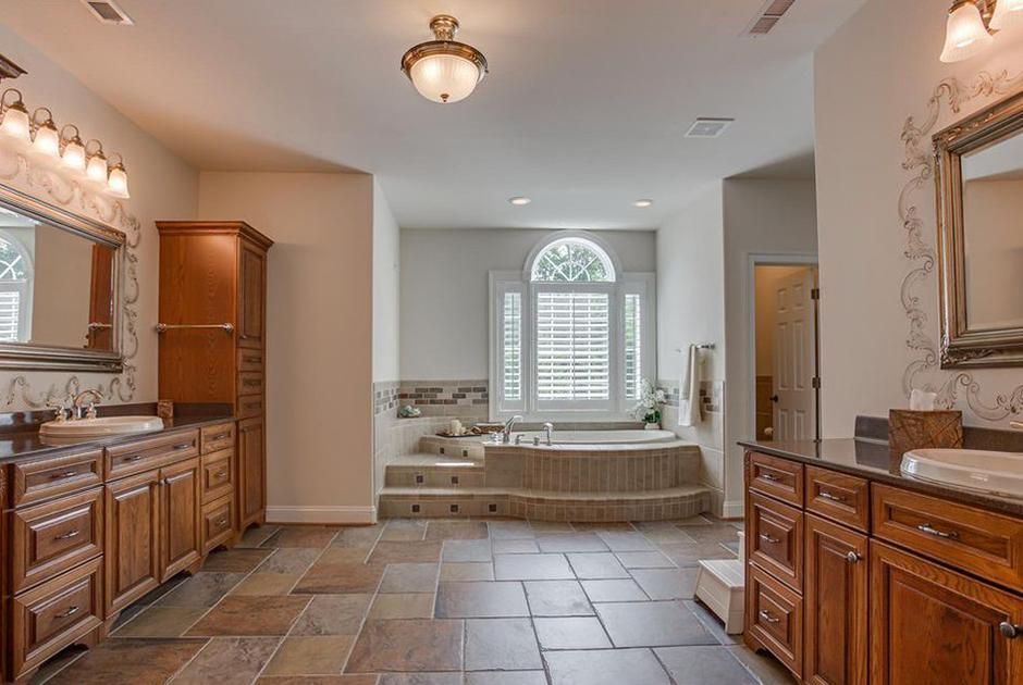 Хозяйская ванная больше похожа на комнату индивидуального парения в знаменитых Сандуновских банях. Дорогая мебель из дерева, ретро-свет, джакузи, окно... Что еще может понадобиться тайному агенту для полноценного отдыха?