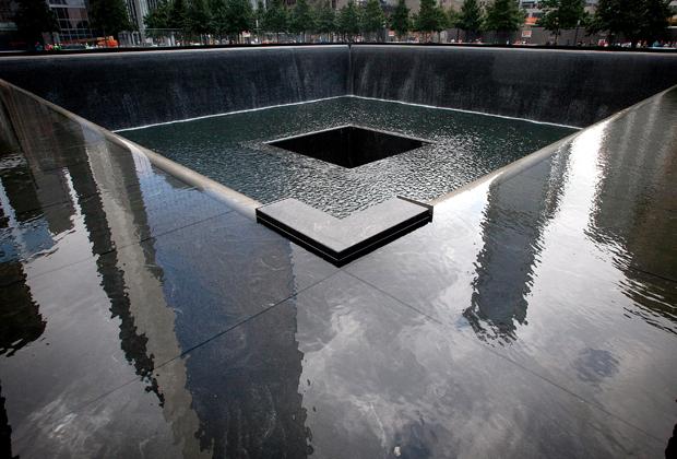 Окружающие здания отражаются в мемориале 9/11