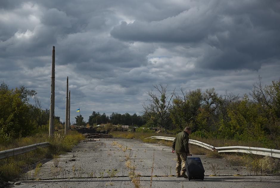 Военнопленный, переданный ДНР и ЛНР представителям Украины у города Счастье