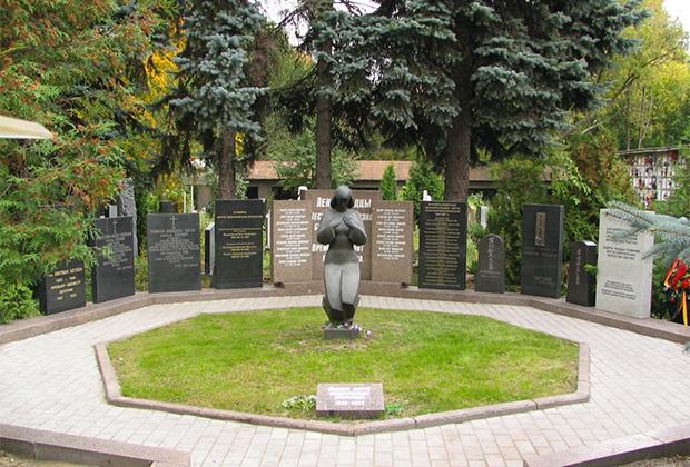 Памятный знак жертвам политических репрессий на Новом Донском кладбище Москвы на месте общего захоронения расстрелянных и умерших в столичных тюрьмах в 1945-1952 годы