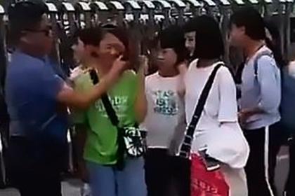 Учитель насильно смыл вульгарный макияж со школьниц и завоевал одобрение в сети