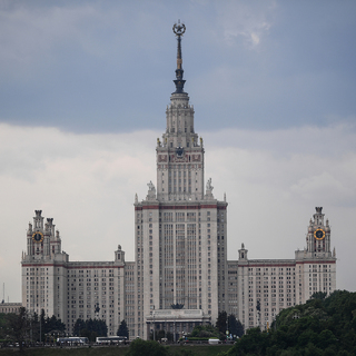 Вид на главное здание МГУ им. М. В. Ломоносова