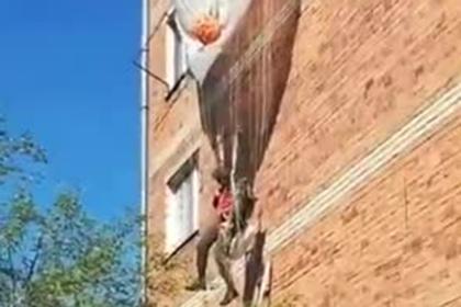Появилось видео застрявшего на парашюте бойца ВДВ