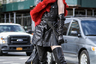 Когда не знаешь, чем разбавить полубайкерский, полумазохистский костюм, выбирай красное манто. Конечно, плюшевое. Никакого натурального меха. Особо эпатажным мужчинам также рекомендуются сапоги на шпильках.