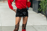 Некоторым для создания образа верхней одежды и вовсе не потребовалось. Модель Вероника Вилим (Veronika Vilim), чей Instagram переполнен откровенными снимками, не изменила себе и в этот раз: девушка выбрала шелковые панталоны и черные кружевные чулки. Красные сапоги, алая помада и томный взгляд навеяли еще больше драмы.