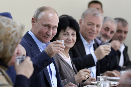 Путин выполнил обещание и выпил рюмку водки с ополченцами в Дагестане