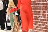 Если твоя сумка в точности копирует прическу, и все это украшено ярким морковным платьем, можно быть уверенной: внимание папарацци у тебя в кармане.