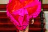 Модели нью-йоркского бренда Vaquera источали любовь прямо с подиума. Вместо одежды одна из них пронесла на своем теле огромное сердце с рюшами. Такое можно купить в цветочном киоске у метро в дополнение к красным розам.