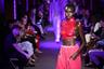 Американский дизайнер Том Форд использовал в своем шоу однотонные материалы. Одно из лучших решений — ярко-розовый резиновый жилет, напоминающий вторую кожу, на теле чернокожей модели.
