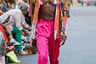 Зрители давно привыкли к женским атрибутам в нарядах у мужчин. Платья, дамские сумочки, даже высокие каблуки — уже совсем никого не смущают. Но марка Collina Strada сделала новый шаг в эволюции мужской моды: участники ее показа выходили на подиум в деликатных металлических бюстгальтерах, едва прикрывающих соски.