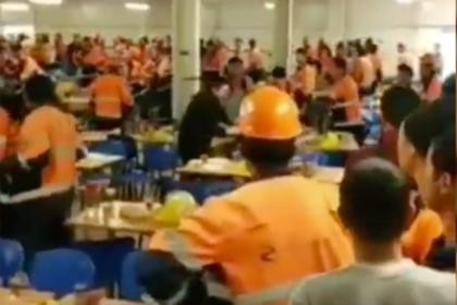 Массовая драка в столовой российского газового завода попала на видео