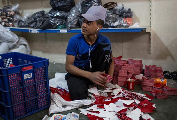 Беженец из Сирии на работе на текстильной фабрике в Газиантепе