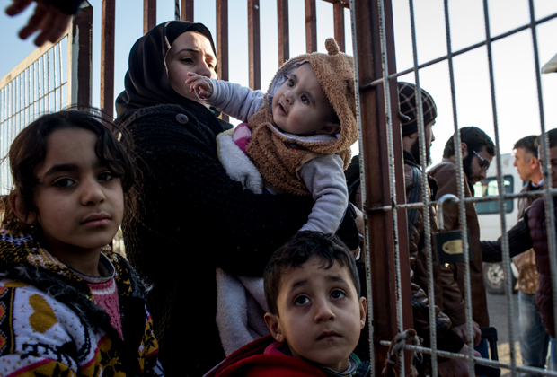 Женщина с детьми на границе: она решила вернуться из Турции в Сирию