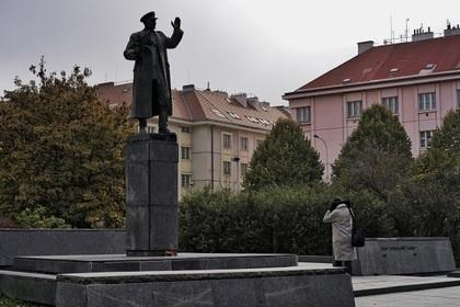Решение перенести памятник советскому маршалу в Праге возмутило Россию