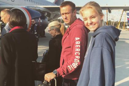 Навальный покинул страну после сообщений об обысках у его сторонников